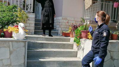 Σέρρες: Αστυνομικοί στο πλευρό των ηλικιωμένων εν μέσω κορωνοϊού