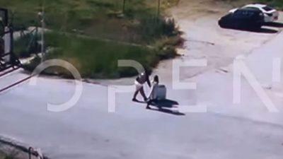 Φυλακές Νιγρίτας: Σωφρονιστικός υπάλληλος σέρνει καρότσι με καλούδια για κρατούμενο (VIDEO)