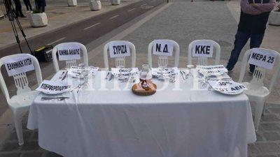 Σέρρες : Άδειες καρέκλες και τραπέζι στους πολιτικούς αρχηγούς (ΦΩΤΟ)