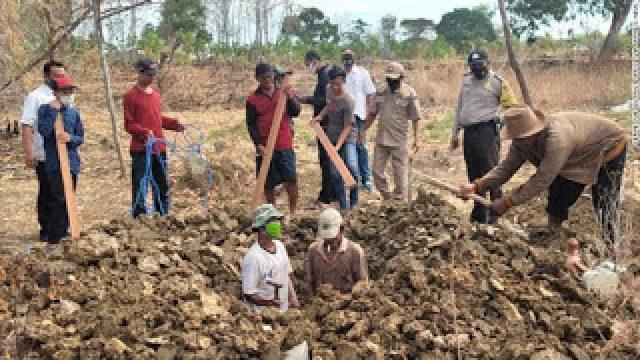 200917002728-indonesia-grave-diggers-exlarge-169-1.jpg